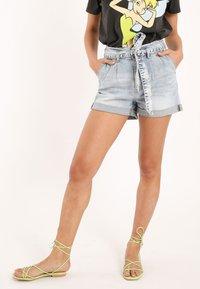 Pimkie - MIT HOHEM BUND - Denim shorts - ausgewaschenes blau - 0