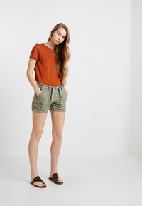 Cotton On - THE CREW - Basic T-shirt - umber brown - 1