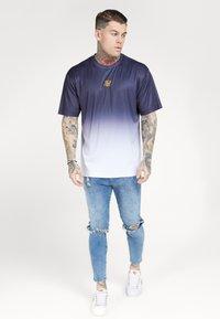 SIKSILK - BOXY FADE TEE - Print T-shirt - navy/white - 0