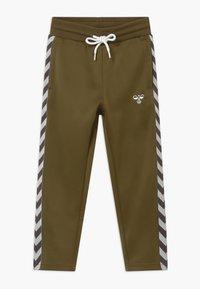 Hummel - KICK PANTS UNISEX - Teplákové kalhoty - military olive - 0