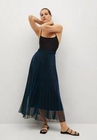 Mango - MOSQUETA-A - Pleated skirt - dunkles marineblau - 1