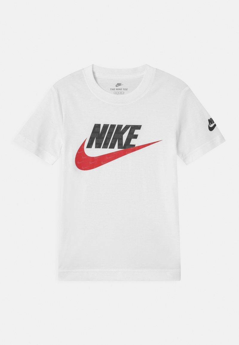 Nike Sportswear - NOW YOU SEE ME - Camiseta estampada - white