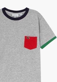 Lacoste - TEE TURTLE NECK - T-shirt imprimé - argent chine - 3