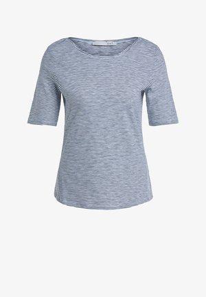 MIT GESTRICKTEM STREIFEN - Print T-shirt - white blue