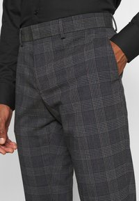 Isaac Dewhirst - BOLD CHECK 3PCS SUIT - Completo - dark blue - 13