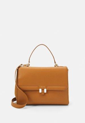 AUDREY - Taška na laptop - caramel