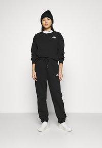The North Face - OVERSIZED ESSENTIAL CREW - Sweatshirt - black - 1