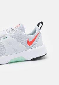 Nike Performance - CITY TRAINER 3 - Treningssko - pure platinum/bright crimson/glacier ice/black/white - 5