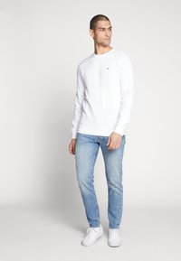 Tommy Jeans - ORIGINAL CREW - Sweater - classic white - 1