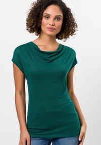zero - MIT WASSERFALLAUSCHNITT - Basic T-shirt - green - 0