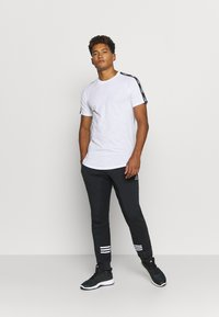 Jack & Jones - JCOCURVE TRAIN TEE CREW NECK - Print T-shirt - white - 1
