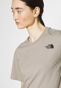 The North Face - REDBOX TEE - T-shirts med print - mineral grey - 3