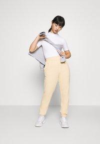Missguided Petite - BASIC JOGGERS - Pantalones deportivos - sand - 1