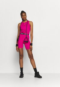 Nike Performance - SHORT HI RISE - Legginsy - fireberry/black/white - 1