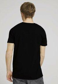 TOM TAILOR DENIM - MIT FOTOPRINT - Print T-shirt - black - 2