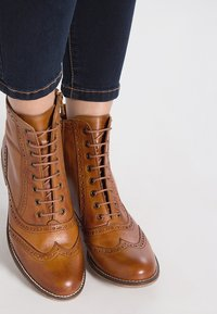 Pier One - Bottines à lacets - cognac - 0