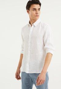 WE Fashion - SLIM-FIT - Koszula - white - 0