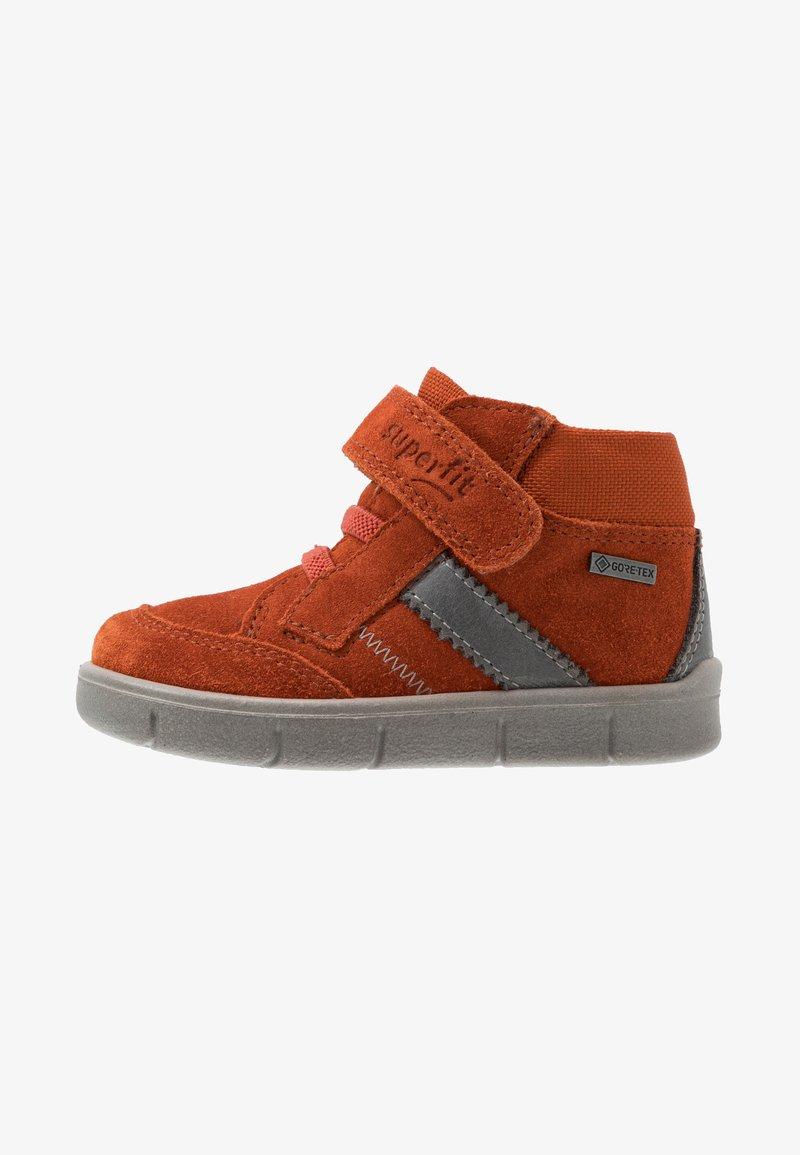 Superfit - ULLI - Classic ankle boots - rot/hellgrau