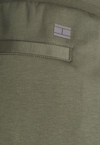 Tommy Hilfiger - MODERN ESSENTIALS PANTS - Pantaloni sportivi - utility olive - 6