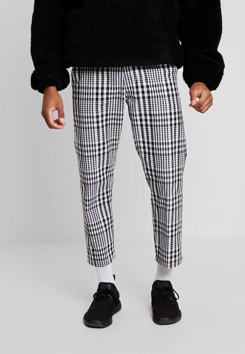 Obey Clothing - STRAGGLER PLAID FLOODED PANT - Chinos - black