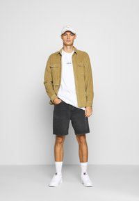 Carhartt WIP - NEWEL MAITLAND - Denim shorts - mid worn wash - 1