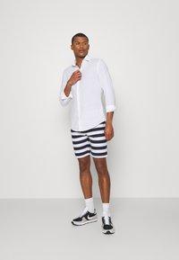 Newport Bay Sailing Club - STRIPE - Shorts - main white/navy - 1