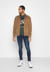 Jack & Jones - JCODEFENDER TEE CREW NECK - Print T-shirt - darkest spruce - 1