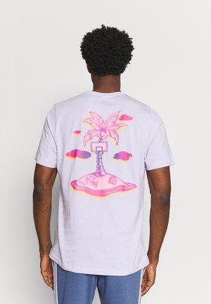 SUMMER BASKETBALL GRAPHICS - T-shirt med print - purple tint