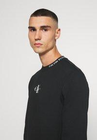 Calvin Klein Jeans - CENTER MONOGRAM CREW NECK - Sweatshirt - black - 3