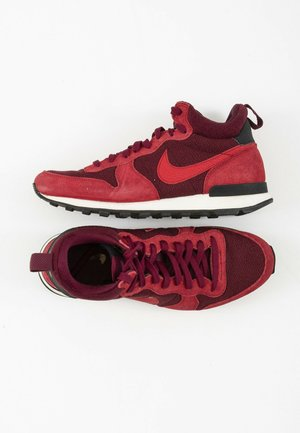 High-top trainers - red