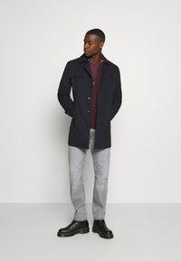 Burton Menswear London - FINE GAUGE ZIP THROUGH - Strickjacke - burgundy - 1