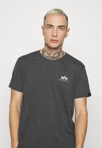 Alpha Industries - BASIC SMALL LOGO - Basic T-shirt - charcoal heather/white - 3