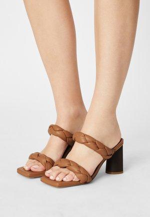 VEGAN - Pantofle na podpatku - tabaco