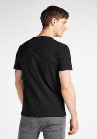 Lee - CHEST LOGO  - Print T-shirt - black - 2