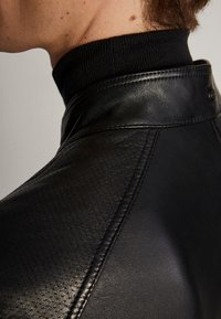 Massimo Dutti - SCHWARZE NAPPALEDERJACEK MIT LOCHMUSTER 03326236 - Skinnjacka - black - 4