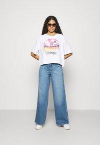 Wrangler - WORLD WIDE - Relaxed fit jeans - light blue denim - 1