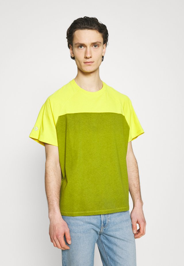 SHAPES TRIANGLE GRAPHIC TEE UNISEX - Print T-shirt - bold citron