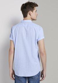 TOM TAILOR DENIM - TOM TAILOR DENIM BLUSEN & SHIRTS STRUKTURIERTES KURZARMHEMD MIT  - Shirt - light blue slub stripe - 2
