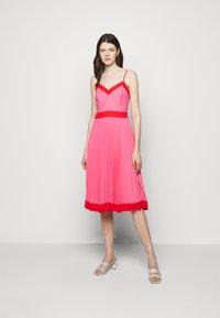 Milly - JILL PLEAT POLY DOBBY DRESS - Korte jurk - watermelon/coral - 0