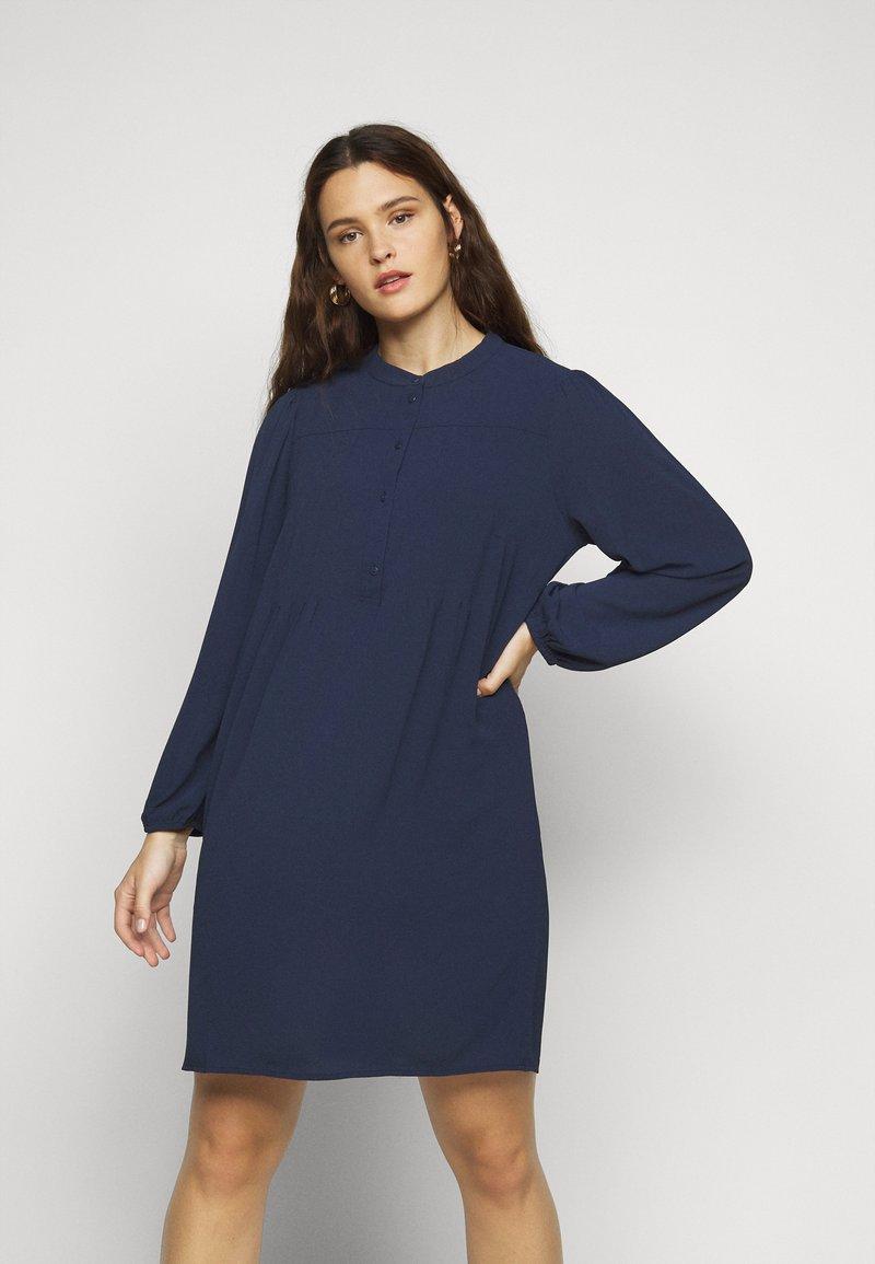 Vero Moda Curve - VMSAGA PLEAT SHORT DRESS  - Day dress - navy blazer