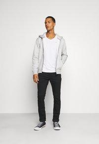 Tommy Jeans - SLIM JASPE V NECK - Jednoduché triko - white - 1