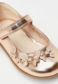 Next - WHITE BUTTERFLY MARY JANE SHOES (YOUNGER) - Ballerina's met enkelbandjes - gold