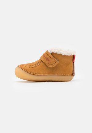 SOETNIC UNISEX - Baby shoes - camel