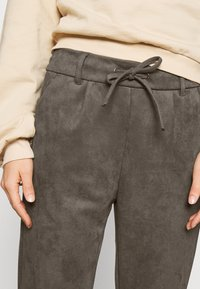 ONLY - ONLPOPTRASH EASY PANT - Trousers - beluga - 4