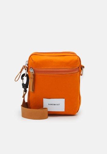 SIXTEN UNISEX - Umhängetasche - burnt orange