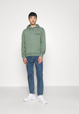 CORE HOODIE UNISEX - Bluza z kapturem - green milieu