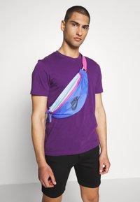 Nike Sportswear - HERITAGE UNISEX - Bum bag - sapphire/cosmic fuchsia/iron grey - 4