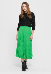 ONLY - MIDIROCK PLEATED - A-line skirt - kelly green - 1