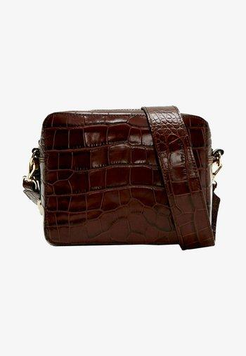 MIT KROKOPRÄGUNG 01013700 - Across body bag - brown