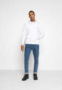Calvin Klein - LOGO EMBROIDERY HOODIE - Sweat à capuche - white - 1